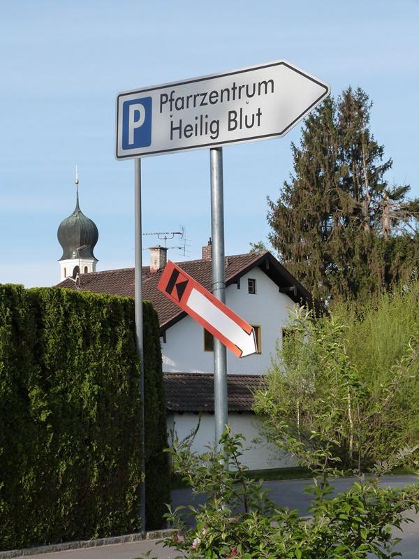 Schilder zum Pfarrheim